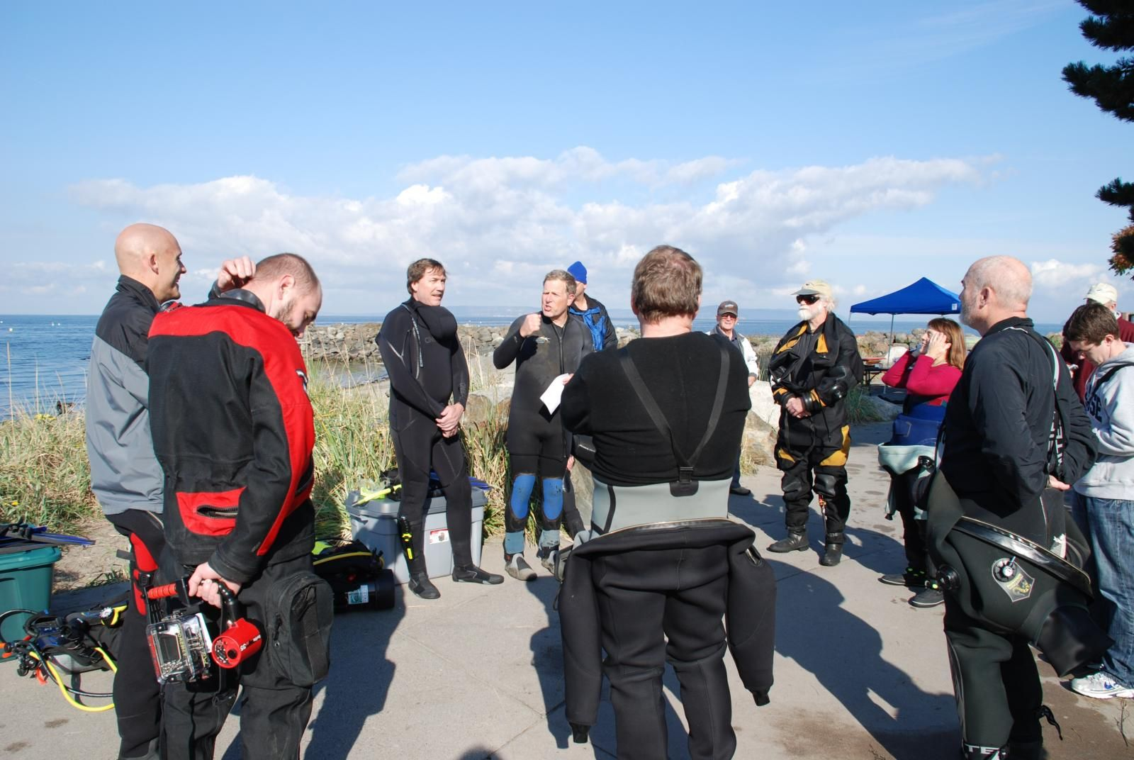 Briefing the divers on contest rules and safety